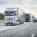 Три самостоятелни и свързани камиона Mercedes-Benz се движат в конвой от Щутгарт до Ротердам