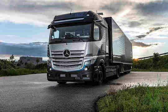Mercedes-Benz вярва, че до 2025 г. ще има паритет на цените между дизеловите и електрическите камиони